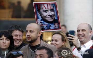 Итальянцы и Берлускони отставка