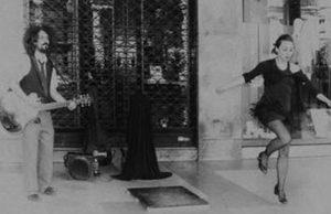 Молодая итальянка в центре Турина отбивает чечетку