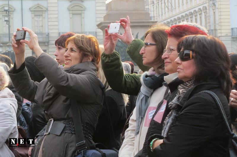 Феминистки города Турин на главной площади в Турине