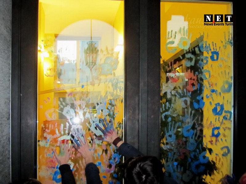Студенты Турина оставляют отпечатки рук в областной администрации Турина