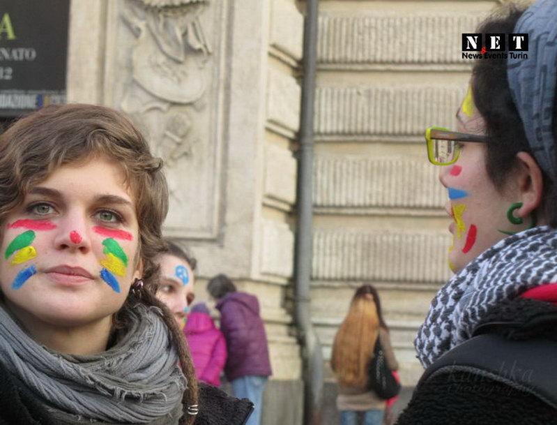 Итальянки раскрашивают лица друг друга