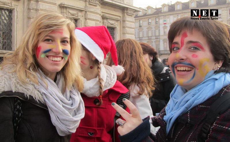 Италия студентки на площади Турина
