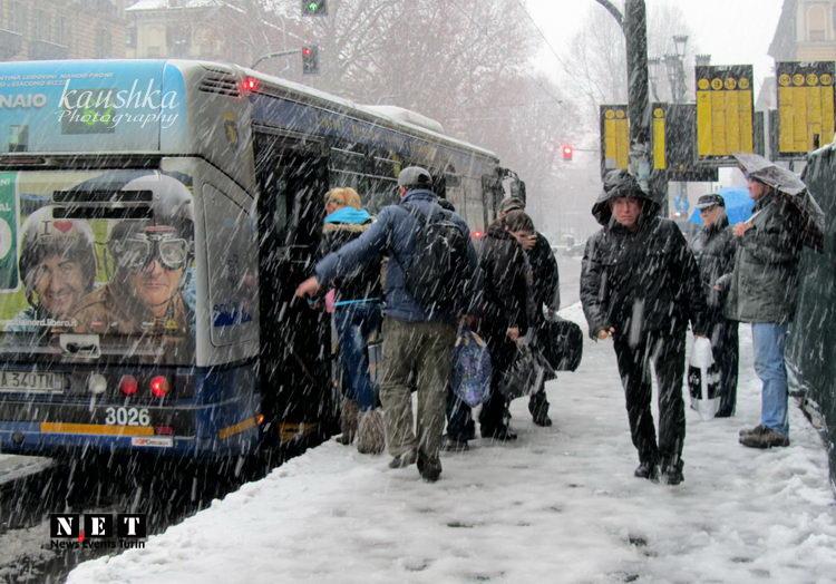 Итальянцы под снегом на автобусной остановке