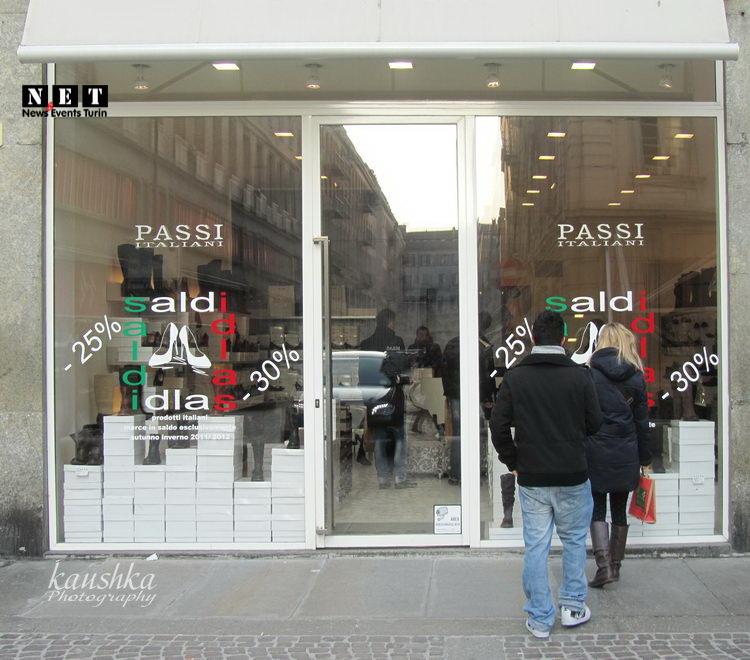 Итальянцы рассматривают магазины со скидками