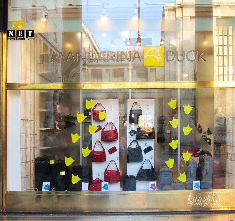 Ценники на витринах итальянского магазина