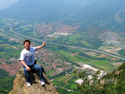 На обрыве горы с видом на гору Musine Альпы Италия Турин