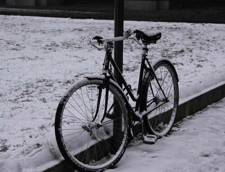 Зима в Турине велосипед прикованный