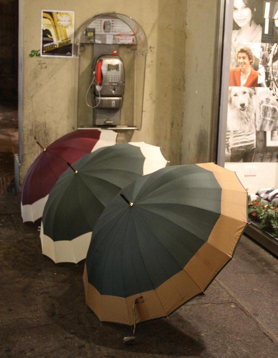 На улицах Турина бангладешцы продают зонтики