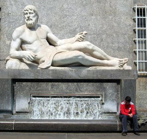 Памятник реке По в Турине символ солнца