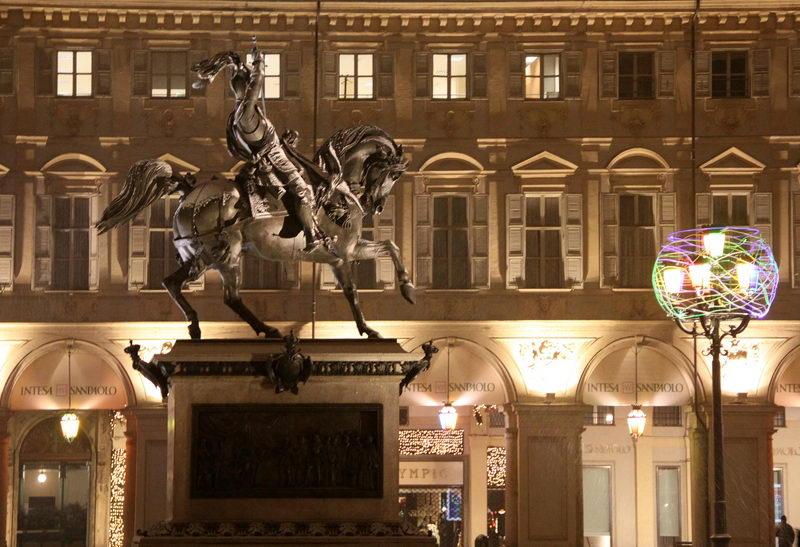 Памятник на площади Сан Карло