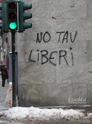 Via Roma Torino scritti sul muri