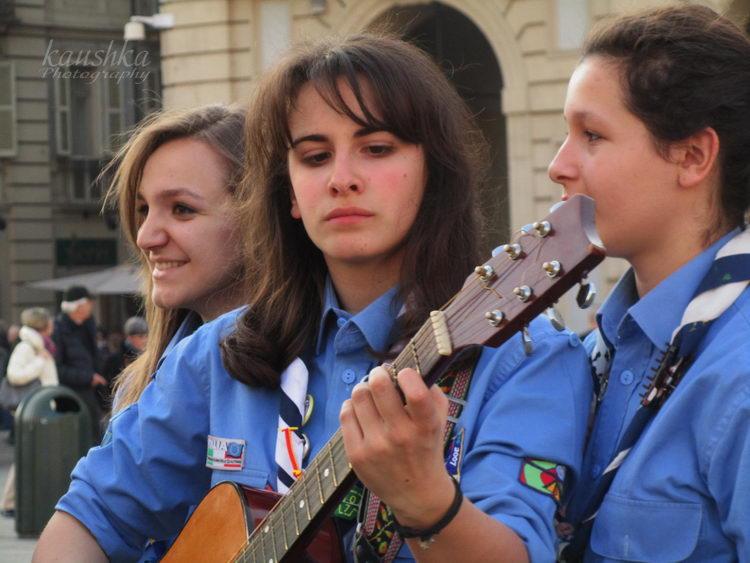 Un FLASH MOB scout per dire al mondo che: LA VITA E' RENDERSI UTILI CON COMPETENZA! События Турина март 2012