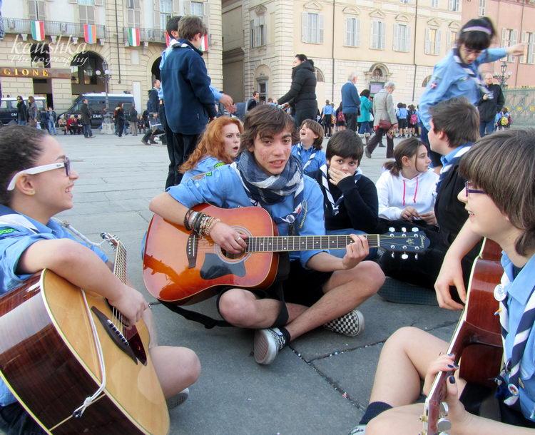 Площадь Кастелло Турин группа итальянских скаутов