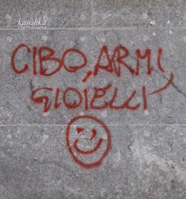 Различные призывы надписи на стенах Турин