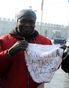 В Турине африканские мигранты вышли на протест с трусами в руках