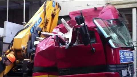В Турине бетонный блок упал на строительный грузовик