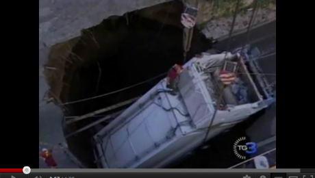 Бетонный блок упал на грузовик с крана в Турине