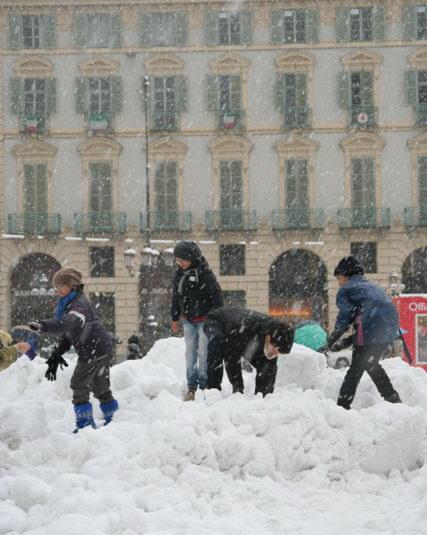 Deti Turin igra v snegu italia