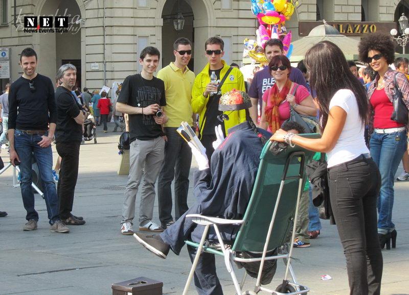 различные уличные артисты Турина