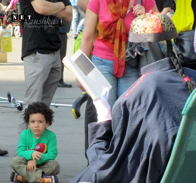 Человек невидимка читает книгу