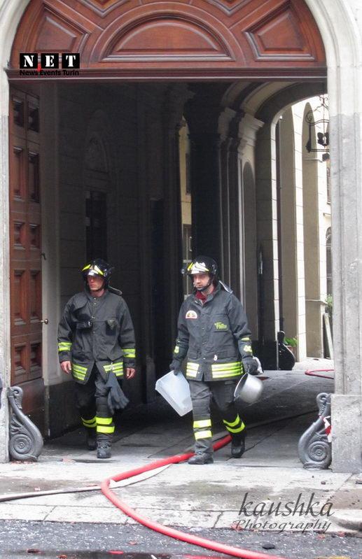 Пожарная охрана выходит из подъезда сгоревшего дома