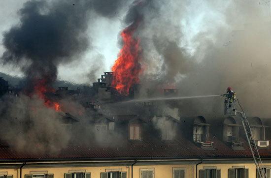 В центре Турина горит крыша здания
