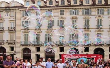 Мыльные пузыри на площади в Турине