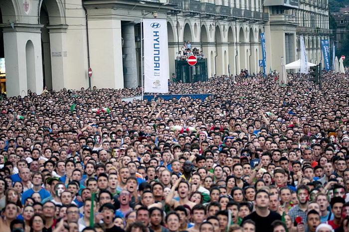Футбольные фанаты Турина на площади с большим экраном
