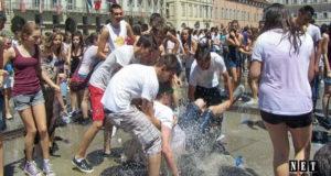 Турин массовое купание в фонтанах в честь окончание школы фото видео