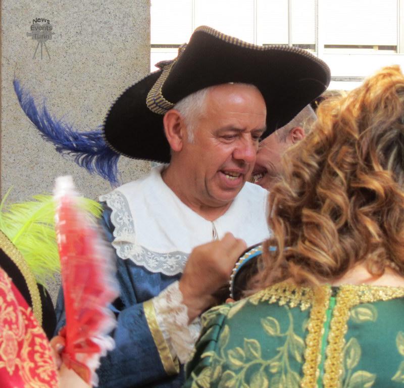 Все люди одевают праздничные старинные одежды в Турине День города Турин 2012