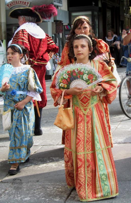 Девочки итальянки на дне города в Турине