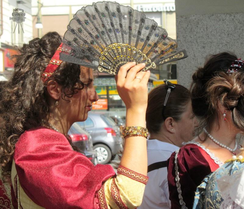 Молодые итальянки в старинной одежде в день города День города Турин 2012