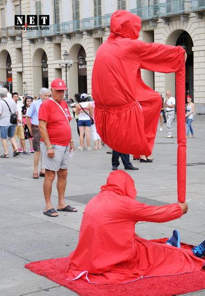 Йоги парящие на улицах Италии