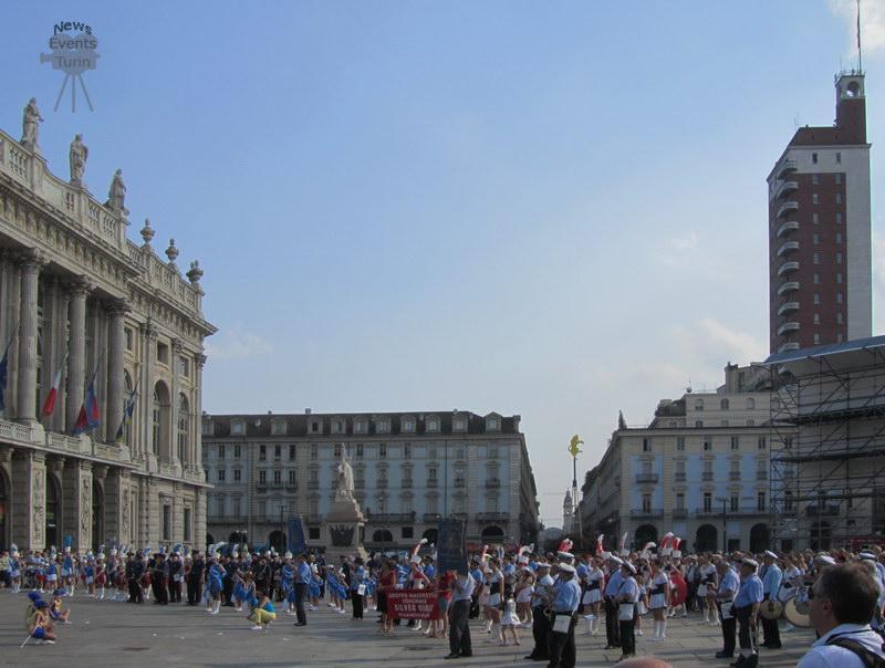 Праздничный шест с символическим бычком в Турине