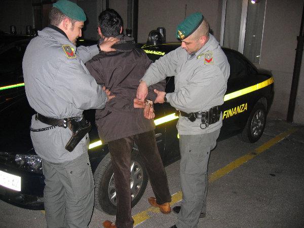 Италия аресты финансовой гвардии Турин