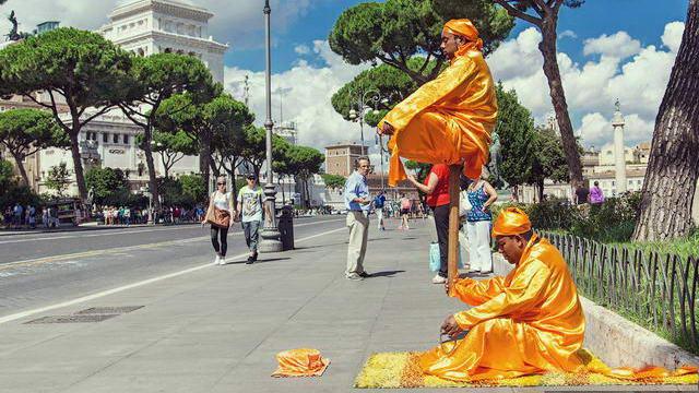 Факир в Италии Турин Йог левитирующий на улицах Турина