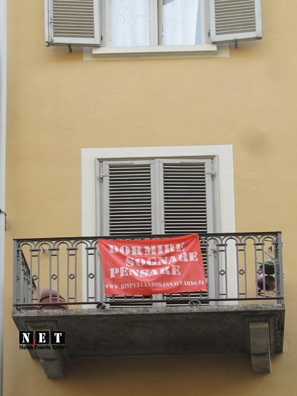 Забавные надписи на плакатах на балконах Неблагоприятные районы Турина - Неспокойные улицы в Турине.