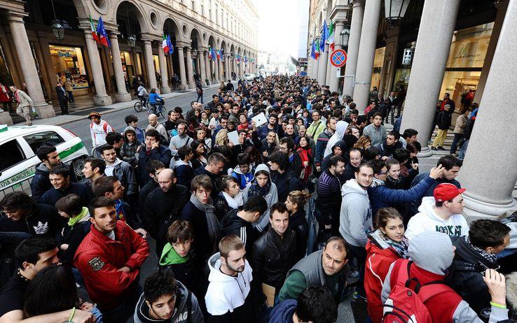 Огромная очередь при открытие магазина эйпл в турине