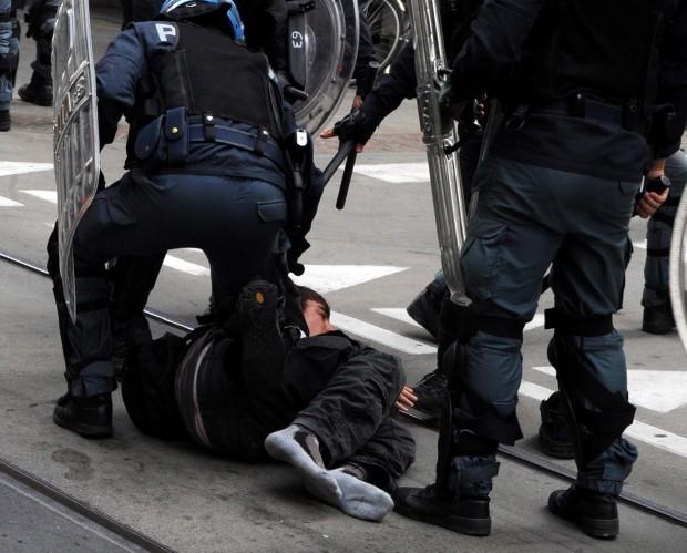 Полиция сбила с ног итальянского студента в Турине Студенческий протест в Турине