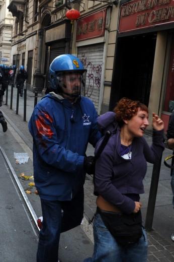 Итальянский полицейский задерживает девушку