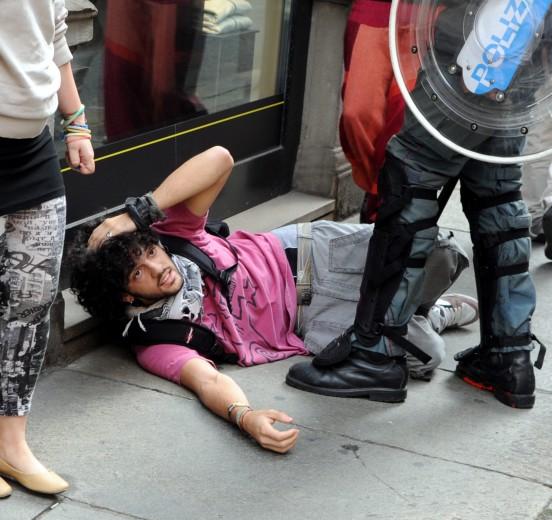 Студенту из Турина полиция разбила голову резиновой дубинкой