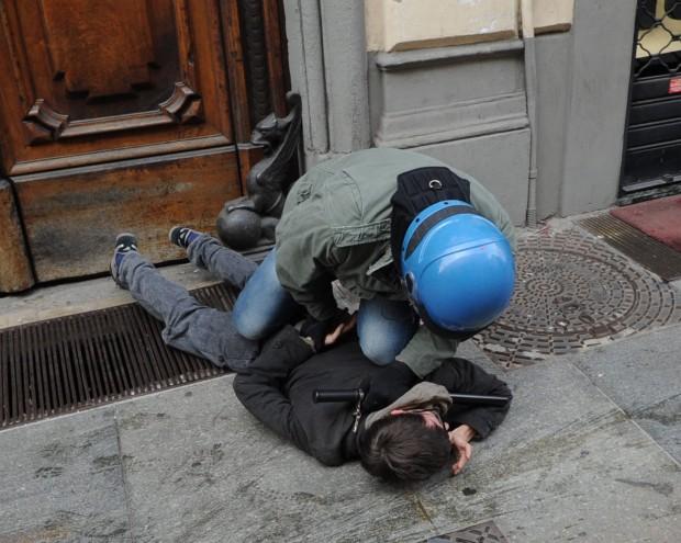 Как задерживает итальянская полиция на манифестации Студенческий протест в Турине