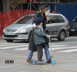 Мама и сын на самокате Турин