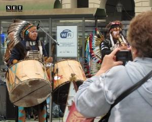 Индейцы в Турине Италия центр площадь Кастелло