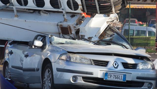 Упал в Турине кран на автомобиль в котором проезжали граждане Молдовы