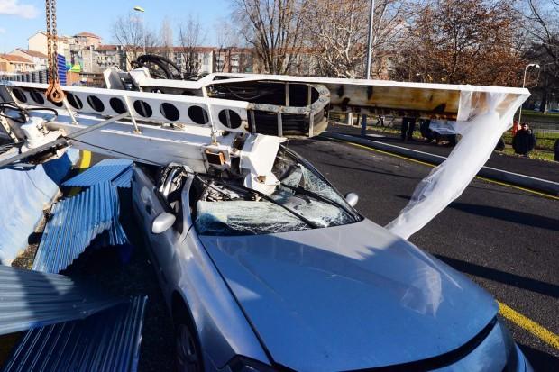 На стройке метро упал кран на машину молдаван