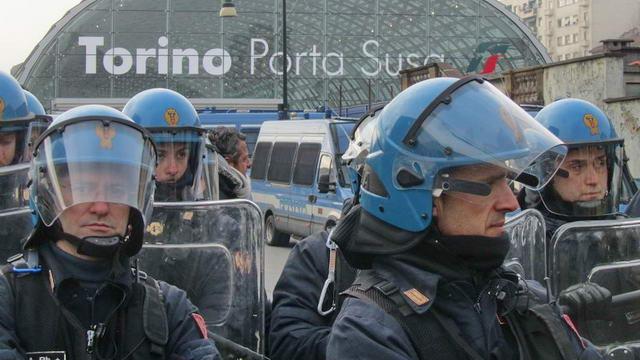 Инаугурация вокзала Porta Susa в Турине, манифестанты NO TAV.