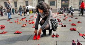 Центральная площадь Турина вся в женских туфлях.