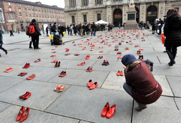 В Турине на площади разложили сотни пар женских красных туфель