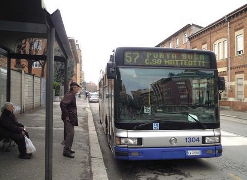 Автобусы и автобусные остановки Турина Задерживается автобус в Турине